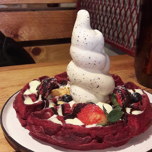 So disappointed with this red velvet waffle($15) 😭 Contrary to my expectation, we got a bland, eggy waffle.