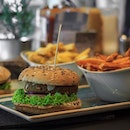 I simply love the burgers at @hansimglueck_singapore especially with their various choices accommodating to meat lovers and vegetarians/vegans alike.