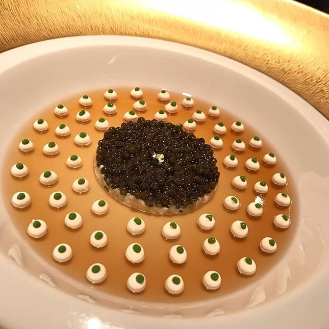 💣 😘Le Caviar :: Imperial #caviar with king crab, refreshed with crustacean jelly  and light cauliflower cream @joel_robuchon_singapore #corainsingapore .