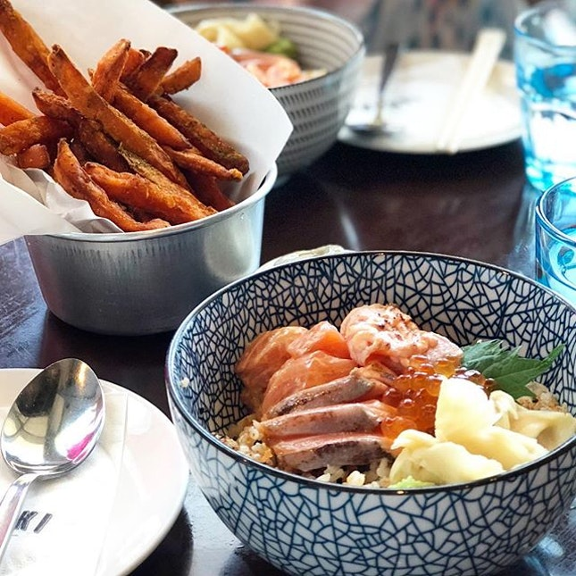 Start off the week right with a yummilicious bowl of salmon kaisen donburi and a side of truffle sweet potato fries from @tanukiraw 😛  Truffle mayo is given as a dip on the side.