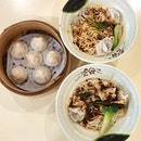If you ever find yourselves craving xiao long bao but can't bear to or have no moolah💰 to part with, look no further than @supremexiaolongbao , a small hawker stall run by a former Crystal Jade chef located in a coffee shop at Holland Drive.