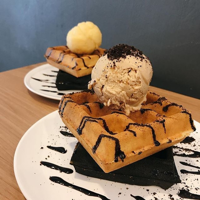 Single scoop ice cream with mixed (original & charcoal) waffles