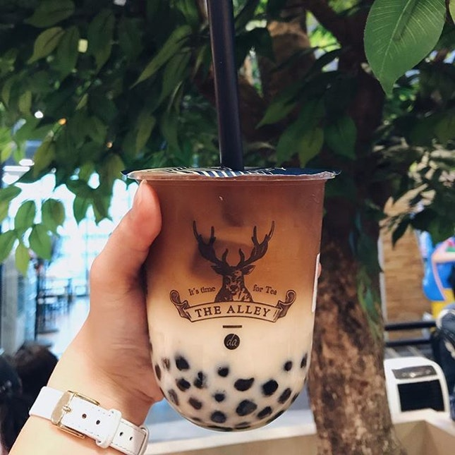 Trying the famous The Alley before it officially opens on our shores so that I don't have to fight with other BBT lovers 😅 Got the royal number 9 tea latte and added the classic pearls 🥤 while the tea was really fragrant and the pearls had a nice bite to it, I thought that it was a tad too pricey at THB 120 (approx SGD5.40).