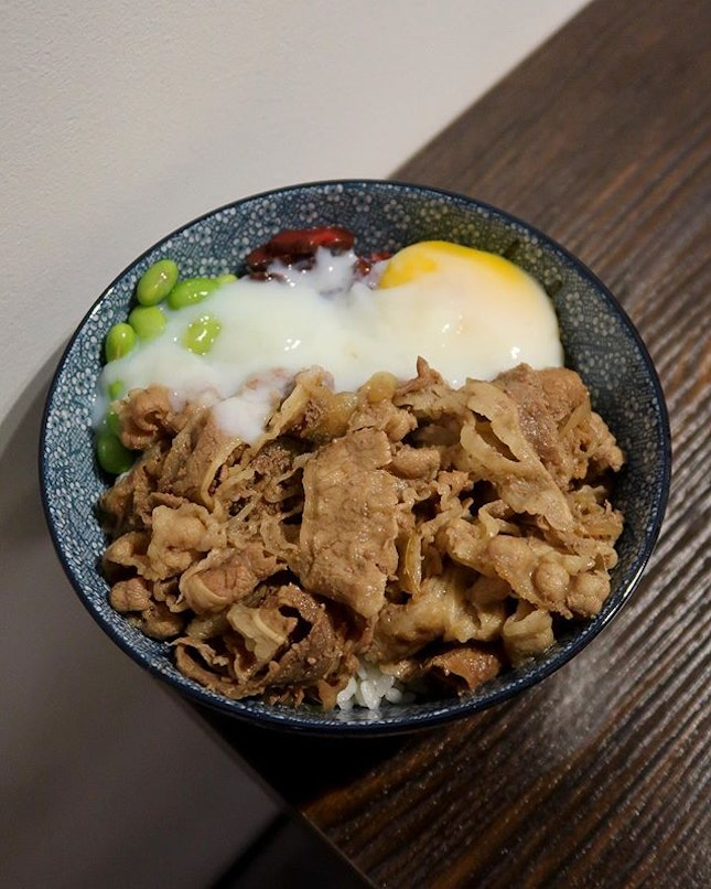 🥩: Gyudon ($9) — Can't believe @ntu_sg had to bring in a decent cafe @c71.sg right after I graduate 🎓 🤦🏻♀️ think tender slices of beef, accompanied w a generous amount of edamame, pickles and topped off w a gorgeous runny egg 🍳- it kind of spells perfection 😜 the only gripe I have was w the rice, would have personally preferred a softer bed of rice 🍚😂 — OH and if you're still a student in ntu you get 10% off!!!