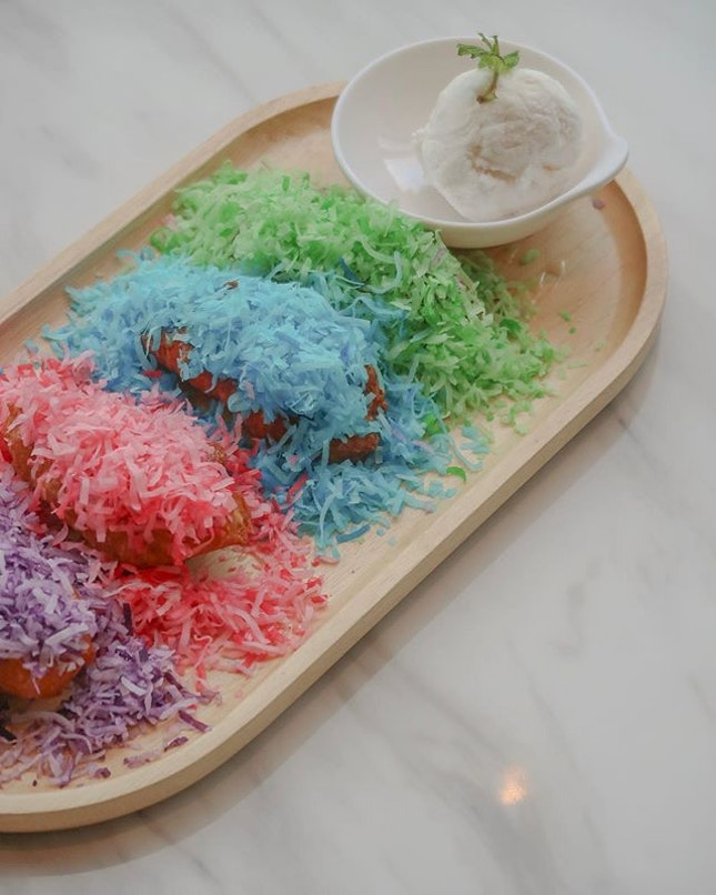 Hope your Monday was not as blue as the blue coconut shavings on the third goreng pisang here 😂 P.S 4 unicorn goreng pisangs 🦄 left to the weekends!