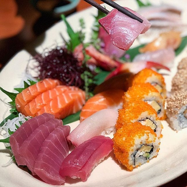 Best affair is when you have both sashimi and sushi at one go!