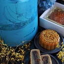 Celebrate Mid Autumn Festival with @marinabaysands mooncake, cradled in a stylish Celeste blue packaging with brown leather strap, resemble a lantern, that when opening it will unveil an image of Chang'e (嫦娥) soaring across a moonlit sky, complete with Chinese folk melodies.