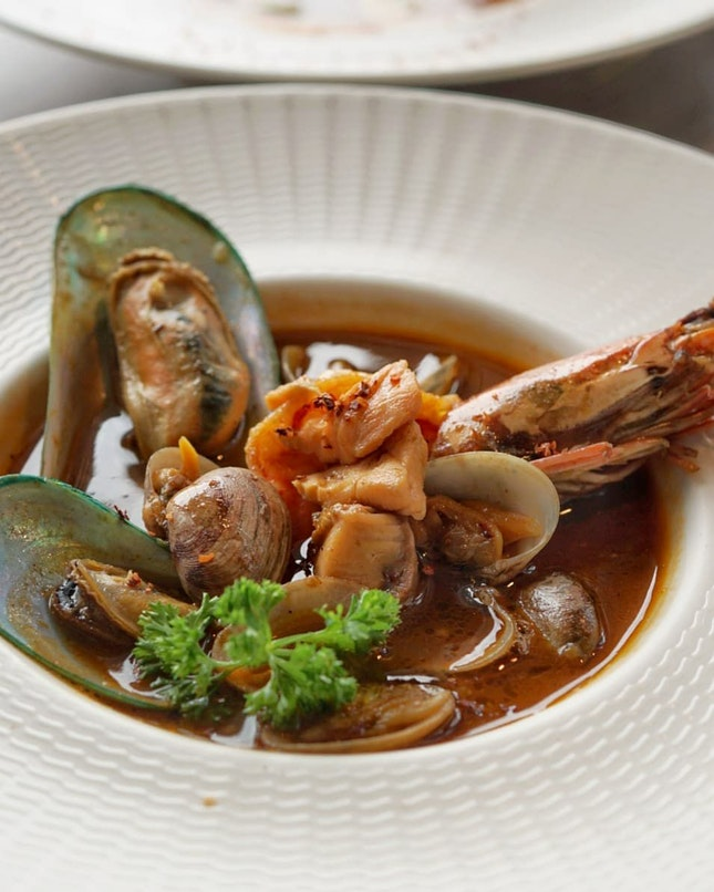 If only I can have this comfort bowl  Ah Hua Kelong Seafood Bouillabaisse from LeVel 33 new menu right now, it will be perfect dish for raining day.