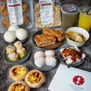 Swee Choon, has curated a wallet friendly $50+ WFH Survival Meal Package (UP: $62+), the bundle features 8 signature cooked items, 2 drinks, and 2 selected frozen dim sum.