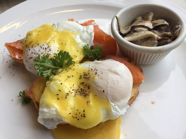 Smoked Salmon Eggs Benedict (~$15 after Gst & Service Charge)