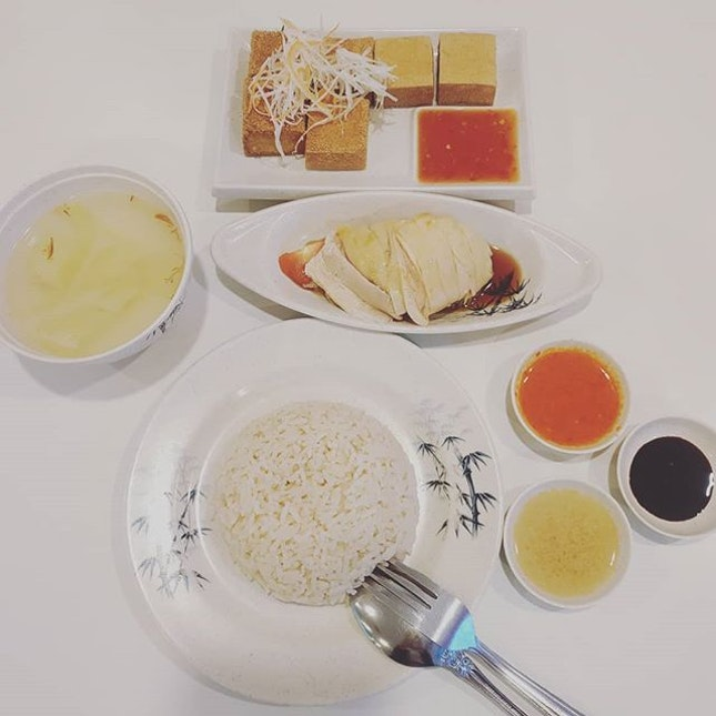 3⭐ Chicken rice shop opened by ex Chatterbox chef.