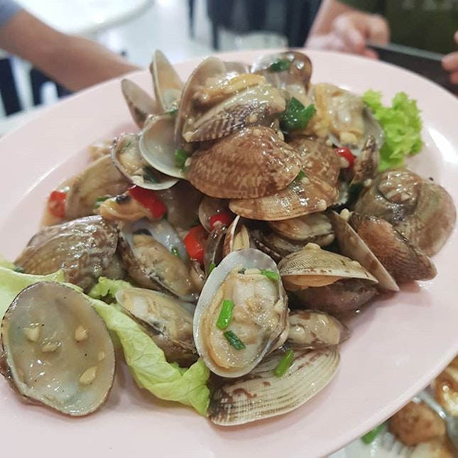 Clams (La La) with Garlic & Chilli at JB Ah Meng  Beautifully done, the clams were plump and juicy, the resturant picks their seafood well and does not settle when it comes to freshness.