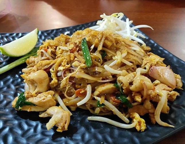 Pad Thai w Chicken 👍🏻👍🏻👍🏻 $6 .