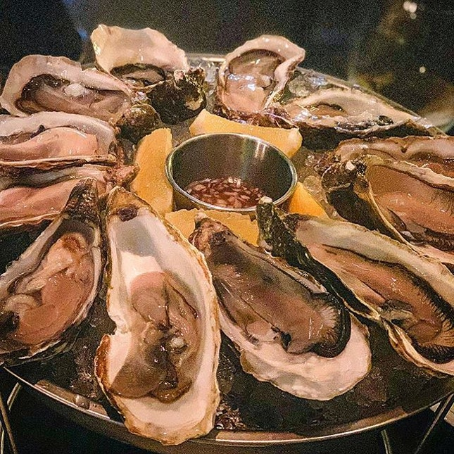 Happy Hours at The Black Swan Singapore: every order of their house wines ($9++) entitles you to order up to 6 oysters for only $2 each!