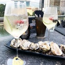 IDEA: perfect date is happy hour and oysters #southbridge #southbridgesg #southbridge_sg #cocktailssg #singaporeskyline #rooftopbarsg #block80 #burpple