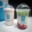 """""""Burpple & fave 活動""""  ハジレーンのドリンクスタンド LITTLEPO 。 1 for 1 アプリの Bupple 対象店で1杯の値段で2杯買えちゃいます。  2回目の今回は前回気になった  Japanese Matcha Strawberry $7.9  と、子供用にお茶が入っていない Littlepo Pink Lady $7.9 (ヤムとラズベリー)を。  Japanese Matcha Strawberry は3層の見た目は美しくてそそられたけど、飲んでみたらそこまでお茶の味はせず、普通に美味しいイチゴミルクでした😅 ヤムとラズベリーのミルクシェイクはヤム強めでラズベリーはあまり感じなかったけど、なんだか癖になる味。 タピオカやミルクティーはまだ飲んでいませんが、2回の訪問で4種類を飲んでみて、ここはミキサーを使ったシェイク系がイケてるというのが感想。 お茶系も変わったお茶が多いので次回トライしてみよう。  支払いはfaveも併用して使えたので、こっちでもcash backがもらえてダブルでお得でした。  Burppleは有名なcreamierのワッフルアイスやSunday Folksのワッフルソフトなども対象店舗が激アツの1 for 1 アプリです。 アプリのダウンロード自体は無料なので、まずはアプリをダウンロードして、1 for 1 の対象店舗を見てみてください。 とにかく対象店舗が激アツで、年会費はあっという間に回収できちゃいますよ! 通常69ドルする年会費が20%OFFになるスペシャルコードはコチラ↓  MIDO187  Faveは次回利用時に使える5〜30%のキャッシュバックがある、無料の決済アプリです。GrabPayと同じくらい提携店も多くて、カフェやホーカーでも提携店が増えています。  EYQ31  上記コードを使うと2ドルOFFクーポンがもらえるのでよかったら使ってください。  Burppleとfaveの使い方など詳しくはブログにて! プロフィール @dorimingo813 のURLから飛べるので、よかったら覗きにきてくださいね。  #Littlepo  #hajilane #hajilanesingapore  #Burppleの回し者ではありませんw #とにかく本当におすすめのアプリです #burpplebeyond #1for1 #burpple #burpplesg #favepay #fave #おすすめアプリ #シンガポールグルメ#シンガポールドリンク#シンガポール生活#海外生活#シンガポールライフ#singaporelife#igsg#singaporefood#sgfood#sgeats#sgfoodie#hungrygowhere#nomnomnom#eeeeats#foodpics#みど散歩  @littlepo_sg"""