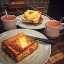 """""""香港のトースト尽くし""""  Holland Villageのエッグタルトが有名なタイチョンベーカリー。  イートインのメニューも美味しいということで。  お友達絶賛のFrench Toast w Maple Syrup $7.9 とみんなが食べてる Scrambled Egg Toast with Chicken Chop $11.8 飲み物はHong Kong Milk Tea $2.9を。  美味すぎる!! フレンチトーストは厚切りのトーストにバターとメープルシロップというシンプルで、これぞフレンチトースト!!っていう感じのやつ。言っちゃえば家でも出来そうな感じなのに、全然違う。出てきた瞬間に美味しいに決まってる!って思ったし、一口食べてうなった(笑)  トーストにトーストだけどもう一品のスクランブルエッグトーストwチキンチョップ。 これは絶対食べなきゃいけないやつ。 たまごふわっふわふわだし、チキンはジュースで衣もカリカリでめちゃウマ。 厚切りのトースト写真撮り忘れたけど、マッシュルームクリームソースが別添えであって、これまたクリーミーで美味しい!  香港ミルクティーには砂糖が入っておらず、テーブルにある砂糖をお好みで入れます。 見た目は甘そうなミルクティーだけど、ちゃんと苦味があって美味しい!結構どこでもミルクティー頼むけどお初の味だったかも。  あとテーブルにはリトル香港が詰まっててこれまた可愛い。  帰り際、名物のエッグタルト$2/1個をテイクアウト。  4個買うと可愛いオリジナルの箱に入れてもらえたそうで、4個買えばよかったな。  エッグタルトってそんなに食べたことがあるわけじゃないからまだ食べ比べはできないけど、人気があるのは納得の美味しさ。  タルト生地がパイとクッキーの中間くらいの絶妙なサクほろ感。 エッグ部分はとろけるプリンのよう。 エッグの甘さと少し塩気のあるタルトが奏でるハーモニー。 そう、もうこれはハーモニーな訳(笑) 当日中は常温で、翌日は冷蔵庫に入れてたものを冷えたままと少し温めたものを食べましたが、どっちもあり。 冷やした方がタルト生地がしっかり目になって甘みも増す気がします。温めるとほろほろ感が増してより優しい味わいに。  エッグタルトの食べ比べも楽しそう。  わたしは #食べ比べ好きなのか #探究心は割とある方 #ボールは友達  #taicheongbakery #taicheong #eggtart @taicheongsg  #シンガポールグルメ#シンガポールカフェ#シンガポール生活 #シンガポールライフ #シンガポール #シンガポール在住 #シンガポール旅行 #lovesg #singapura #singaporelife #シンガポール子育て #🇸🇬 #駐妻#singaporeinsta #igsg #singaporecafe#sgcafe#sweettooth#sgcafehopping#foodpics#burpple#みど朝活隊"""