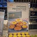 """""""エッグタルトを冷凍保存してみた""""お義母さんを空港まで迎えに行った時に、T3のB2にあるTai Cheong Bakeryで6個買うと2個無料のオープニングプロモーションをやっていたので、もちろん即買い。念願の箱買い💕オープニングプロモーションって言うくらいだから最近オープンしたのかな?オープンな店内は時間帯もあるかもしれませんが(平日14:30頃)ガラガラでした😅サンリオのプレイグラウンドの近くだったので子供たちが遊んでる間にささっとゲット。ところがわたし以外誰も食べない。ということで、半分は冷凍してみることに。だってほら、よく通販のお取り寄せとかでも冷凍エッグタルトとかあるでしょ?結果、そういった冷凍エッグタルトを取り扱うお店のホームページにあった解凍方法で問題なく美味しく食べれました。冷蔵庫に移して自然解凍させてそのまま食べるもよし、トースターで焼くもよし。トースターで焼いたら、タルト生地がサクサクに、卵部分はとろとろになってより美味しかったです!エッグタルトは買い過ぎても大丈夫。(笑)#エッグタルト #eggtart #taicheongbakery #taicheongbakerysg #シンガポールグルメ#シンガポール生活#シンガポールライフ#singaporelife#シンガポール #シンガポール在住 #シンガポール旅行 #lovesg #singapura #シンガポール子育て #singaporeinsta #igsg #🇸🇬 #駐妻#sgfood#sgeats#sgfoodies#hungrygowhere#nomnom#eeeeats#foodpics#burpple#sgfoodporn#eatoutsg"""