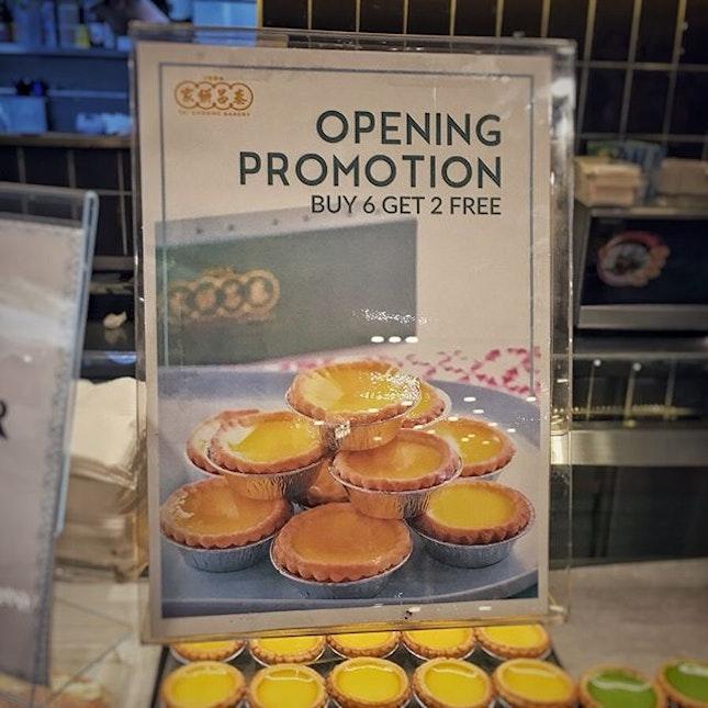 """""""エッグタルトを冷凍保存してみた""""  お義母さんを空港まで迎えに行った時に、T3のB2にあるTai Cheong Bakeryで6個買うと2個無料のオープニングプロモーションをやっていたので、もちろん即買い。  念願の箱買い💕  オープニングプロモーションって言うくらいだから最近オープンしたのかな?  オープンな店内は時間帯もあるかもしれませんが(平日14:30頃)ガラガラでした😅  サンリオのプレイグラウンドの近くだったので子供たちが遊んでる間にささっとゲット。  ところがわたし以外誰も食べない。  ということで、半分は冷凍してみることに。  だってほら、よく通販のお取り寄せとかでも冷凍エッグタルトとかあるでしょ?  結果、そういった冷凍エッグタルトを取り扱うお店のホームページにあった解凍方法で問題なく美味しく食べれました。  冷蔵庫に移して自然解凍させてそのまま食べるもよし、トースターで焼くもよし。  トースターで焼いたら、タルト生地がサクサクに、卵部分はとろとろになってより美味しかったです!  エッグタルトは買い過ぎても大丈夫。(笑)  #エッグタルト #eggtart #taicheongbakery #taicheongbakerysg  #シンガポールグルメ#シンガポール生活#シンガポールライフ#singaporelife#シンガポール #シンガポール在住 #シンガポール旅行 #lovesg #singapura #シンガポール子育て #singaporeinsta #igsg #🇸🇬 #駐妻#sgfood#sgeats#sgfoodies#hungrygowhere#nomnom#eeeeats#foodpics#burpple#sgfoodporn#eatoutsg"""