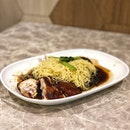 """""""Welcome to Singapore, Day 10(19)"""" ・ 📌Hawker Chan Hong Kong Soya Sause Chicken Rice & Noodle ・ 友達の希望で2016年にミシュラン1つ星を獲得したチキンヌードルのお店の2号店へ。  本店はチャイナタウンコンプレックスのホーカーにあるのですが、こちらは独立した店舗で、店内も涼しくて、ホーカーのように並ばずに食べられます。  値段はこちらの方が倍くらいするそうなので、どちらを取るかですね。  席は開店直後にも関わらずほぼ満席状態で待たずに座れましたが、お客さんは絶えず常に満席状態でした。  ファーストフードのようにはカウンターで注文して番号札をもらって、店内にあるモニターに番号が表示されたら取りに行きます。  Soya Sause Chicken Noodle $6  確かにお肉が柔らかくて美味しいんですが、ミシュランを取るほどかな?というのとこれで$6はちょっと高いかな?というのが正直な感想です。 わたしにはちょっとソースがしょっぱいかな。  ミシュランを取ってるということで期待値が高かったせいもありますし、美味しくない訳ではなくて美味しいんですよ。  実際友達は美味しいと喜んでいました。  周りを見渡すと圧倒的にチキンライスを頼んでる人が多かったので、次行くことがあればチキンライスを頼んでみようと思います。  あとポークリブのスープをセットで頼んでる人も多くて気になりました。  500円以内で手軽にミシュラングルメが食べられるので、あまり期待し過ぎずに(笑)食べに行ってみてください。  #hawkerchanhongkongsoyasaucechicken #soyasausechickennoodle @liaofanhawkerchan #michelinguide #ミシュランガイド  #ホーカーズ#シンガポールグルメ #シンガポール生活 #シンガポールライフ #シンガポール #シンガポール在住 #シンガポール旅行 #lovesg #singapura #singaporelife #singaporeinsta #igsg #singaporeinsiders #🇸🇬 #駐妻 #hawkerfood #hawker #singaporelife #sgfood #sgeats #sgfoodies #foodpics #burpple #みどツアー"""