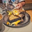 """""""Famous sourdough bakery from Bali."""" ・ 📌Starter Lab ・ バリ島で有名なサワドウのパン屋さん、Starter Labの2号店がシンガポールにオープンしました。  Starter Labの経営者はサンフランシスコで有名なTartine Bakeryやニューヨークで有名なPer Se restaurant でトレーニングを積んだ後にバリで1号店をオープンし、Locavoreというアジアベスト50のレストランにもパンを卸しているそうです。  全てのパンにサワー種のスターターが使われていて、36時間かけて発酵させてから焼いているそうです。  Starter Lab 3 Cheese $19 Morning Bun $4.5 Latte $6  3チーズに使われているローズマリーサワドウブレッドは塩気強目。 チーズの塩気も加わってわたしにはちょっとしょっぱ過ぎたかな。 息子は喜んで食べてました。 息子と一緒だったので今回は頼まなかったけど、Honeyed Mascarpone $14とは合いそう。 Morning Bunはシナモンのクロフィンって感じで子供も大人も好きなやつ。  シンガポールでもすでに人気で店内はなかなか混み合っていて、2人掛けの小さなテーブル席しか空いておらず(写真7枚目)、子供と店内で食べるのにはちょっと不向きかもしれません。(大きなテーブル席もあります)  パンを作るのがガラス越しに見えるので息子は大喜び。 ちょうど人気の味噌バケットの生地を作っているところでした。 お土産に買って帰るつもりでしたが・・・ 実はこの日は歯医者で歯茎の抜糸をした日でした。 硬いものを食べないように言われていたのにも関わらず、何故かハード系パン屋さんを選んでしまったバカなわたし。 チーズトーストを気をつけて食べるのに疲れてしまい、お土産を買って帰る気が失せてしまったんです。 次回は必ず味噌バケットを買って帰ろうと思います。  息子が食べてる途中で寝てしまったので、残りはテイクアウトして帰りました。  テイクアウトBOXがシンプルで可愛く、ステッカーを何の洒落っ気もなかった家のスケールに貼ってみたらなかなかいい感じに。  これで計れば美味しい焼き菓子が作れそう(笑)  #単純思考 #形から入るタイプ  #starterlab #starterlabsg @starterlab.sg #sgbakery #bakerylove #sourdough #sourdoughbread #シンガポールグルメ#シンガポールカフェ#シンガポール生活 #シンガポール #シンガポール在住 #シンガポール旅行 #lovesg #singapura #singaporelife #シンガポール子育て #🇸🇬 #singaporeinsta #singaporeinsiders #igsg #singaporecafe #sgcafe#sweettooth #sgcafehopping #eatoutsg #foodpics #burpple #みど散歩"""
