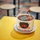"""""""Michelin Bib Gourmand Singapore 2019"""" ・ 📌(4)Ah Er Soup (#ahersoup ) ・ ビブグルマンに2店舗選ばれているABC Brickworks Market & Food Centreで、11時からやってるAh Er Soupへ。  Ten Tonic Ginseng Chicken Soup $5.00  かなりハーブが強めのスープで後味少し苦い感じなのに透明感のある味。 漢方スープ好きにはたまらない。 チキンドラムスティックが丸々一本入っていて、お箸で掴んだ瞬間に骨からスルリと取れるくらい煮込まれていて食べやすかったです。 でもお肉そのものは柔らかいと言うよりは噛み応えのある感じ。 具材がこのドラムスティックのみと言うのがちょっと寂しいかな。  他のスープも飲んでみたいと思っていたら、同じお店を別のホーカーで発見。 器からメニューまで一緒なので、きっと支店に違いないと、気になっていた一番高いスープを。ABC Brickworksより全メニュー少し高めの設定でした。  Buddha Jumps Over The Wall $7 (ABCだと$6.50)  とにかく具材が豪華。 アワビまで入ってる。 ただスープが雑音が多いというか、ハッキリしない味。 同じ味を食べてないから比較は出来ないけど、ビブグルマンに選ばれたABC Brickworksのお店の方がスープが美味しいんじゃないか疑惑。  有名店の味が色んな場所で味わえるのは嬉しいけど、やっぱり同じお店でも店舗によって多少の差はあることありますよね。  ABC Brickworksのもう1店舗は15時オープンなので、なかなかハードル高く後回しになりそうです。 【Michelin Bib Gourmand Singapore 2019 食べたお店リスト (リストに載ってる番号)】 4、15、25、32、50  計5店(残り53店)  ミシュラン巡りはまだまだ続く。。。(笑)  #abcbrickworksfoodcentre #abcbrickworksfoodmarket #abcbrickworkshawkercenter  #bibgourmand #bibgourmand2019 #michelinguide #michelinguidesg  #ホーカーズ#シンガポールグルメ #シンガポール生活 #シンガポールライフ #シンガポール #シンガポール在住 #シンガポール旅行 #ビブグルマン #シンガポール観光  #singaporelife #travelsingapore #singaporetrip #sginstagram #igsg #visitsingapore #hawkerfood #hawker #sgfood #sgeats #sgfoodies #burpple  ビブグルマンガイドとは 「星」を授与する実際のミシュランガイドと別物で、「中程度の価格で特別なおいしい料理」を提供するレストランを強調しているもので、ミシュランのB級グルメ版のようなイメージです。シンガポールのリストの約半分はホーカーなので、500円も出さずにミシュランの味が食べれちゃいます。せっかくなんで、どんどん攻めてみようと思っています。  #みどミシュラン巡り隊 隊員募集中(笑)"""