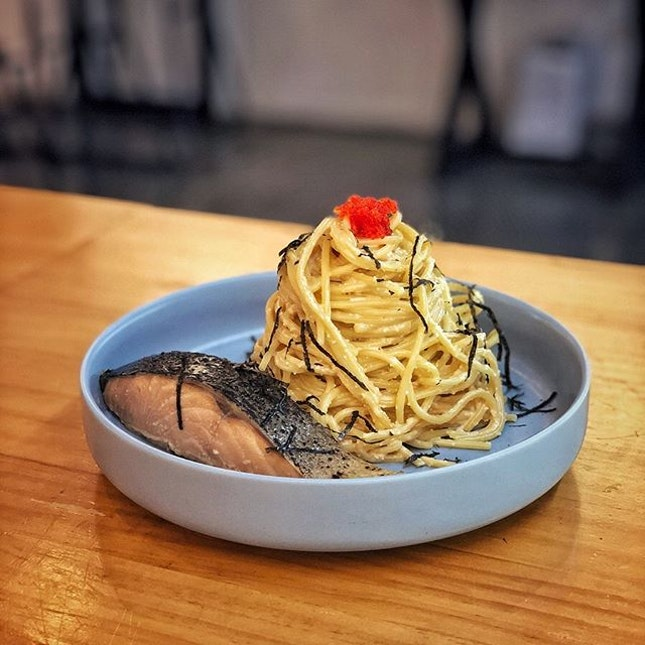"""""""Creamy Mentaiko Pasta"""" ・ 📌Dual ・ アラブストリートにあるリーズナブルなカフェ。  Mentaiko Pasta ($15) + slice of Salmon $18 Matcha Espresso $6.5 Lychee Basil $5.5  こっちで食べる明太クリームってしょっぱいだけの時あるけど、ここのは旨味の効いた美味しい明太クリーム。 サーモンも脂が乗ってるのにサッパリ。 ちょっとぬるかったのが残念だったけど、味は美味しい! お店の人に聞いたらもっと熱々にできるそうなので、オーダーの時に熱々希望と伝えるといいかもです(笑)  ドリンクは抹茶エスプレッソとライチバジルを。 抹茶エスプレッソはもっと甘くもできると言われましたが、抹茶とエスプレッソの苦味が程よく感じられる甘さで美味しかったです。 ライチバジルはライチとバジルの他にバジルシードが入っていて、プチプチ食感と甘みの後にバジルがスーッと鼻を抜ける感じで超スッキリ! 暑い日のクーリングオフにピッタリ。  平日ランチの自分でベースから具材などを選んぶスタイルのサラダボウルはなんと$6.9から。  観光地で高めのお店が多いアラブストリートにありながら、リーズナブルで美味しいカフェでした。  #dualcafe @dualcafe.sg #arabstreetsingapore #mentaikopasta #matchaespresso  #シンガポールグルメ#シンガポールカフェ#シンガポール生活 #シンガポール #シンガポール在住 #シンガポール旅行 #シンガポール観光 #シンガポールおすすめ #シンガポール暮らし #シンガポール情報 #シンガポールランチ #アラブストリートシンガポール #singaporeinsiders #travelsingapore #singaporetrip #singaporelife #sginstagram #igsg #singaporediaries #sgfood #sgfoodies #sgeats #sgfoodies #sgfoodstagram #sgcafe  #burpple #みど散歩"""