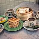 """""""Singapore Traditional Breakfast"""" ・ 📌Ya Kun Kaya Toast ・ シンガポールの朝ごはんと言えばカヤトースト。  カヤトーストと言えばヤクンカヤトースト。  街に繰り出せばヤクントーストを見ないで帰ることは不可能なくらいあちこちに点在しています。  こちらはそんなヤクンカヤトーストの本店。  場所はTelok Ayer駅近く、Far East  Squareにあります。  ヤクンはローカルの方で賑わってるイメージですが、こちらは欧米系の観光客も多かったです。  本店の特徴と言えば、炭火焼きのカヤトースト。  Aセット $4.8 (カヤトーストと温泉卵とコーヒー/紅茶のセット)  炭火の香りがほのかに香る、サクサクカヤトースト。  Eセット $4.9 (蒸しカヤピーナッツトーストと温泉卵とコーヒー/紅茶のセット)  中に挟むのはカヤかカヤとピーナッツの2択だったのでカヤピーナッツにしてみました。  カヤトーストと言えば薄くてカリカリのトーストが特徴ですが、蒸しのふわふわの厚めの食パンも美味しい〜。 いつも思うけど、カヤと温玉との組み合わせ考えた人天才。  最初は温玉が付いてくる意味がわからなかったけど、今や温玉なしでは食べられないくらい、カヤトーストと温玉セットの虜です。  本店のもう一つの特徴と言えば、コーヒーカップ&ソーサー。  他の店舗ではお店のロゴが入ったカップですが、本店ではコピティアム伝統のカップ&ソーサーで出てきます。  本帰国前の友達と行けてよかったです。  いつもとちょっと違った雰囲気を味わいたい方や観光にもおすすめです。  #yakunkayatoast @yakunkayatoastsg #kayatoast #kayabuttertoast #sgcafe #cafesingapore #sgcafehopping #sgcoffee #singaporecoffee #cafestagram #singaporetrip #travelsingapore #singaporeinsiders #singaporediaries #singapolife #briochefrenchtoast #ヤクンカヤトースト  #シンガポール #シンガポールカフェ #シンガポールおすすめ #シンガポール暮らし #シンガポール生活 #シンガポール情報 #シンガポール旅行 #シンガポール観光 #シンガポール在住  #シンガポールカフェ巡り #burpple #みど朝活隊 #出逢いに感謝 #また会おうね"""