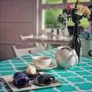 """""""Looks beautiful, taste good cakes"""" ・ 📌Boufe Boutique Cafe ・ 1つ前の投稿でフードを挙げたPhoenix Park にあるおしゃれカフェ。  こちらのカフェの目玉はユニークなケーキ。  気になっていた3種類を。  Milky Way $8.5 The Rock $8 Jiggly Bunny Tart $8.5  こちらのケーキ、見た目が美しいことはさることながら、意外にも甘過ぎず繊細で上品な味!  青の宇宙みたいなケーキは、チョコサブレの上にハチミツのジェノワーズ、カラマンシーゼリー、ホワイトチョコヨーグルトムースの順に綺麗な層になっていて、カラマンシーの酸味がいい仕事をしていて、甘酸っぱくてさっぱり。  石のようなグレーのケーキは、数種類のチョコやラムシロップなどが使われている、大人のチョコケーキ。  ぷるっぷるのうさぎのケーキは濃厚な抹茶ムースのタルトで、うさぎは豆乳プリンでできています。  ここに来たら必ずケーキを頼むべし。  まず見た目が可愛いので子供も喜ぶこと間違いなし。  そして、こういう見た目が凝ってるケーキって甘いだけで美味しくないことも多いですが、ここのは見た目からは想像できない、ハイレベルのケーキが味わえます。  うさぎも思ってた以上に震えます(笑)  #boufeboutiquecafe #boufesg #boufe #boufecafe @boufesg #bunnycake #unicorncake #rockcake #sgcafe #cafesingapore #sgcafehopping #sgcoffee #singaporecoffee #cafestagram #singaporetrip #travelsingapore #singaporeinsiders #singaporediaries #singapolife  #シンガポール #シンガポールカフェ #シンガポールおすすめ #シンガポール暮らし #シンガポール生活 #シンガポール情報 #シンガポール旅行  #シンガポール在住  #シンガポールカフェ巡り #シンガポール女子旅 #burpple #みど朝活隊"""