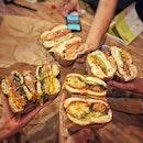 📌Two Men Bagle House ・ (手前から時計回りに) LULAMON $13 PEARL HOABOUR $12 FISHERMAN$13 IRIS $12 ・ 4等分して4種類シェア。 一つならぺろりと食べれるのに、4等分×4だと先に脳が満足してしまったのかお腹も満たされる不思議。  #savethekoalas  レジ前のドーナツとクッキーを購入するとオーストラリアの山火事への募金になるそうです。 値段は気持ちを隣のバケツに。  友達と過ごす楽しい時間。 シンガポール生活がこんなにも豊かな時間で溢れているのはそんな友達との出逢いがらあったから。 いつもありがとう! これからもよろしく! ・ ベーグル食べながらそんなことを思ってたのでした。  #twomenbagelhouse @twomenbagelhouse #tanjongpagar #iconvillage #bagelsandwich #ベーグルサンド #ベーグル専門店 #ベーグル好きと繋がりたい #タンジョンパガー  #sgcafe #cafesingapore #sgcafehopping #sgcoffee #singaporecoffee #cafestagram #singaporetrip #travelsingapore #singaporeinsiders #singaporediaries #singapolife #シンガポール #シンガポールカフェ #シンガポールおすすめ #シンガポール暮らし #シンガポール生活 #シンガポール情報 #シンガポール旅行  #シンガポール在住  #burpple #みど朝活隊