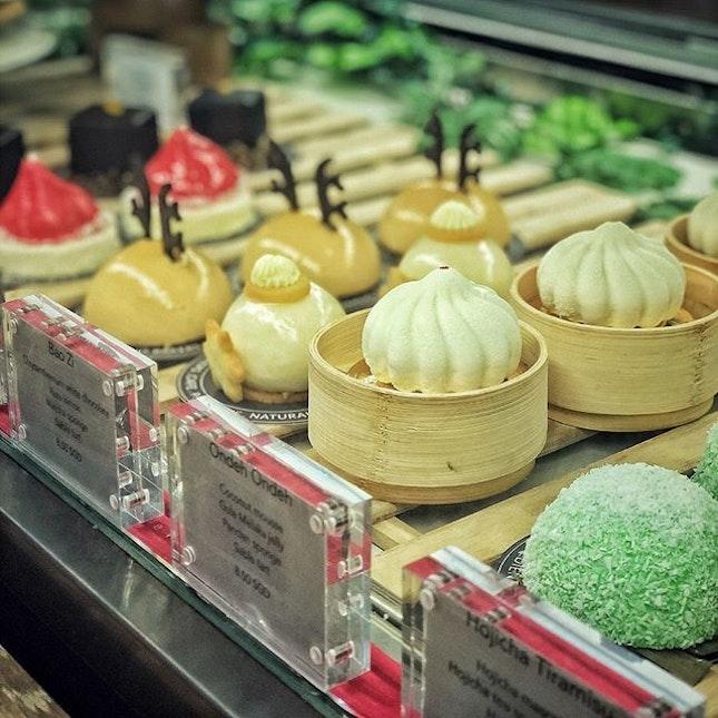 """📌Two Bakers ・ BAO ZI $8.5+ MING JIAN KUEH $8+ """"88 Har Cheong Gai"""" $12+ Croque Norvegien croissant $17+ ・ バオケーキで有名なTWO Baker。 蒸籠に入ったバオは見た目からはまさかケーキだとは思えないし、全く味が想像できないのですが、見た目がユニークなだけじゃなくてお味も本格的。 皮部分はホワイトチョコのムースで中にはユズレモンと抹茶のスポンジが包まれています。 抹茶の風味はほとんどなく、ホワイトチョコとユズが強く、見た目に反してなんとも繊細な味。  ピーナッツバターとソルティドキャラメルのミルクレープは、甘くない本格ピーナッツバターがクセになる味。 個人的にはこっちの方が好みでした。  驚いたのが、フードメニュー。 タイ風チキンウィングは揚げ具合が絶妙でパリパリの皮にパルメザンチーズとスイートチリソースが合うこと。  クロワッサンのオープンサンドは大きなクロワッサンにナイフを入れるとパリパリ音を立てて、ふわふわ卵とスモークサーモンの文句ない組み合わせ。 クロワッサンのおいしさにびっくりでした。  11:30〜のランチメニューも美味しそうだったので、春以降食べに行こうと思います。  壁に掛かっていたドラゴンパークやニョニャ菓子などの絵が可愛いかったです。  また、CNYに向けてパイナップルタルトやクッキーが店頭に山積みになっている中、ケーキのショーケースにはサンタやトナカイのケーキがまだある辺りにシンガポールを感じられてほっこりしました(笑)  #twobakerssg #twobakers @twobakerssg #baozi  #sgcafe #cafesingapore #sgcafehopping #sgcoffee #singaporecoffee #cafestagram #singaporetrip #travelsingapore #singaporeinsiders #singaporediaries #singapolife #シンガポール #シンガポールカフェ #シンガポールおすすめ #シンガポール暮らし #シンガポール生活 #シンガポール情報 #シンガポール旅行  #シンガポール在住  #シンガポールカフェ巡り #burpple #みど朝活隊"""