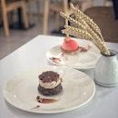 📌Lee's Confectionary ・ LUST  CHUN  バレンタインの新作LUSTを食べに再び。  食べる前からこれは絶対に好きなやつ!とわかってはいたけど(笑)、期待以上にド好みのケーキ。  小麦粉を使っていないチョコレート菓子なのに、ちゃんとケーキに仕上がってる不思議。  ケーキの土台にはヘーゼルナッツのプラリネ。 ヘーゼルナッツのジャンドゥーヤガナッシュが激ウマ。  リーさんのケーキは断面も綺麗なので、食べる前に縦半分にカットしてから食べるのがおすすめ。 プラリネとジャンドゥーヤの層もこうして半分に切ると一目瞭然。 プラリネはローストしたナッツ類にカラメルを絡めてすり潰してペースト状もしくは粉末状にしたもので、ジャンドゥーヤはローストしたナッツ類のペーストとチョコレートを合わせて冷やし固めたもので、キャラメリゼされているかいないか、チョコレートが含まれているかいないかの違いがあります。  トップのクランチもヘーゼルナッツ。  ヘーゼルナッツが好きな人は絶対に好きなやつ。  この日も息子はリーさんの作業をじーっと観察。  リーさんも時々息子を見上げて微笑んでくれる。  幸せの時間。  コーヒーに添えてあるクッキーなどのお茶菓子は、食べずに残してしまう人もいて、リーさんは悩んでいるようですが、うちの息子は大大大好きで、気付くと息子に食べられています。(写真3:つまみ食いの現場)  リーさんが淹れてくれるコーヒーは、HDB下にある人気のロースタリーカフェ@tionghoespecialtycoffee の豆を使っていて、リーさんのケーキとの相性も抜群です。  壁に掛かっている絵は、人気商品のMADUのお皿と一緒。 リーさんの手に掛かればお皿がキャンバスになっちゃうんですよね。  春が散りばめられたCHUNのお皿の上のアートは息子のお気に入り。  ちなみに花瓶はDAISOの徳利を使ってます(笑) 徳利をインテリアにしてしまうユーモア。  そんなリーさんは日本語で数字を勉強中です。  今日も幸せな時間をありがとう。  @lees_confectionery #leesconfectionery #gianduja #pralinecake #hazelnutcake #hazelnutpraline #hazelnutlover  #シンガポールケーキ #シンガポールカフェ #シンガポール #シンガポール生活 #シンガポール在住 #シンガポール旅行  #シンガポールグルメ #シンガポールスイーツ #ヘーゼルナッツプラリネ #ジャンドゥーヤ #travelsingapore #singaporetrip #singaporelife #igsg #singaporediaries #sgfood #sgfoodies #sgfoodstagram #sgcafehopping #sgcafes #sgcoffee #sgcakes #burpple #みどlee隊