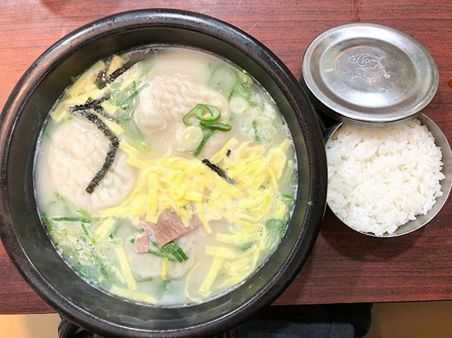 Mandu Seolnongtang (9,000won) - This is the famous store in Myeongdong that opens 24/7 serving up pipping hot ox bone stew that is favoured by all ages.