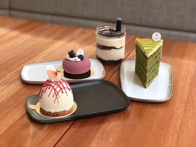 📍nesuto; singapore📍miss ispahan, orelys cassis, le omm, tiramisu • best cake we had this year besides those from sugar thieves.