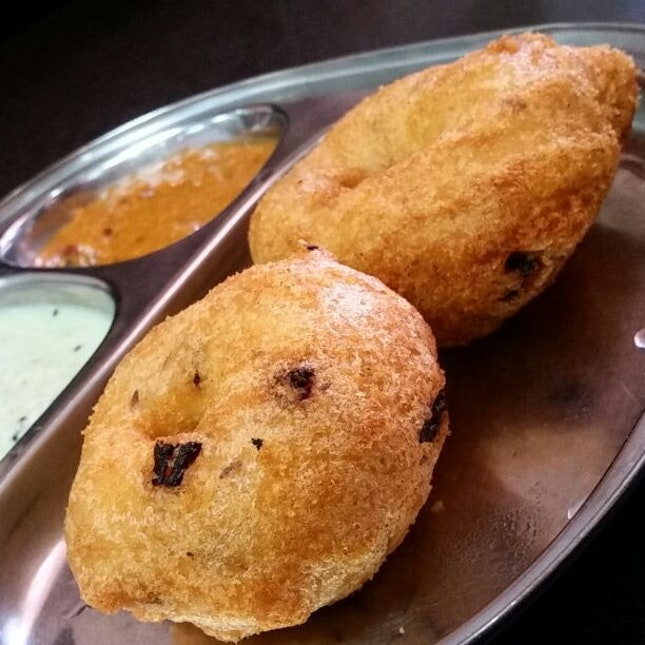 Vadai With Coconut And Tomato Chutney