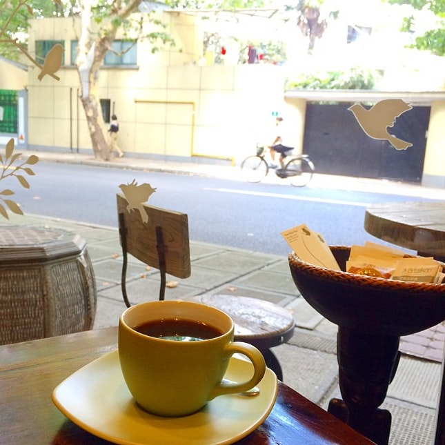 Having a cup of Ethiopia Yirgacheffe with the peaceful street view 😘.