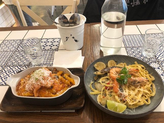 Tomyumz Seafood & Salmon Truffle mac ñ Chz