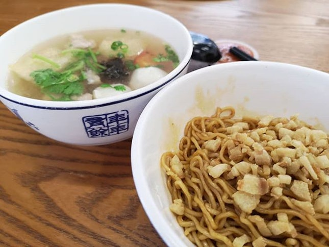 Restaurant Xian Zhi Wei famous for his home-made Noodles (dry) with extra pork lard 😋 Mixed Seafood, the soup is simply amazing.
