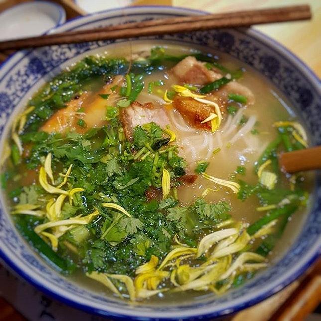 🥢a bowl of warm rice noodle soup .