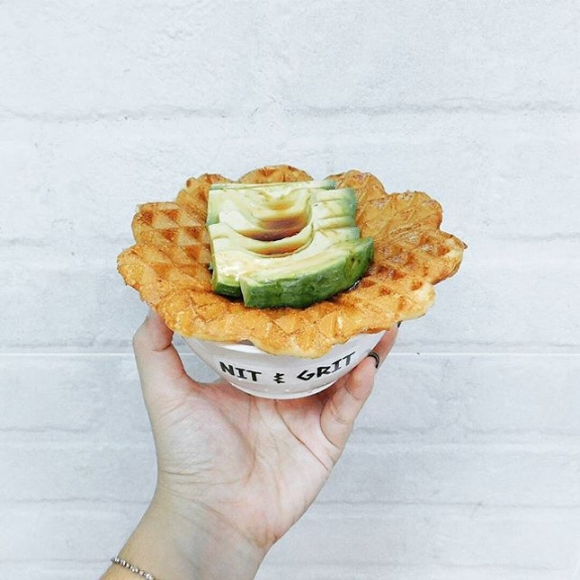(Food Tasting: Nit & Grit) On my hand: Buttermilk waffle with Avocado drizzled with Gula Melaka!🍴 Sound interesting?