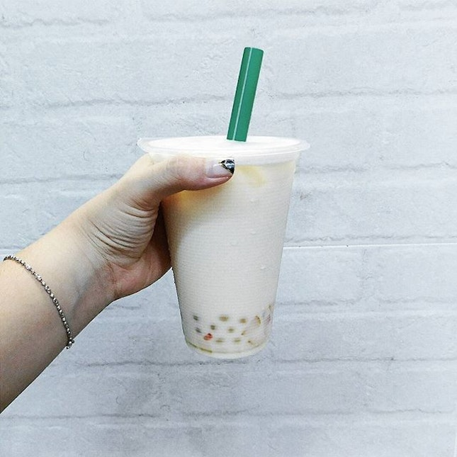(Food Tasting: Nit & Grit) On my hand: Honey Green Milk Tea with Lychee Pops and Jelly .🍴 @nitngrit's Honey Green Milk Tea is totally my favourite from their menu!