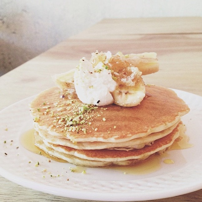 Pancakes with banana and honeycomb.