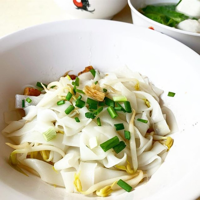 Went back to @ahhuateochewnoodle to try his KT 白 - Plain Flat Rice Noodles with soy and oil.