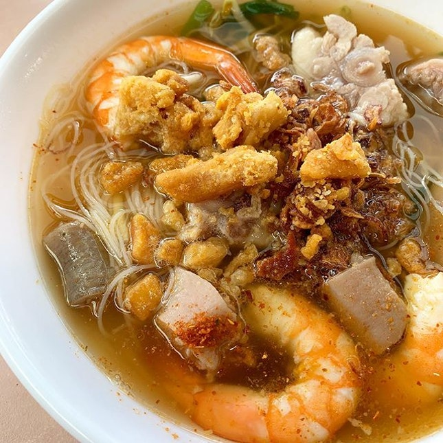 Rice Vermicelli in Prawn broth _ Requested additional pig's tail to a bowl of prawn broth  The pig's tail give the gluey, chewy texture to otherwise a totally wicked fresh prawns.