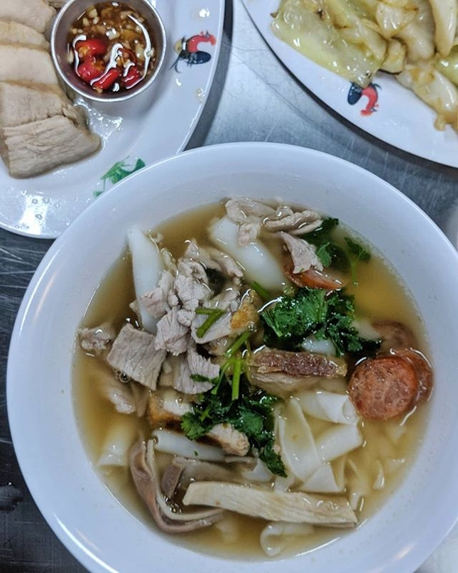 Since a few of you asked how about how this Thailand Kwaychap taste like, here's my take - unlike the herbally Kwaychap we are used to, the broth is light and peppery and resembles alot like a good bowl of bak kut teh to me!