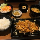Lunch set @ Yayoi $9.90 Buta shogayaki teishoku 😋 Free flow tea and rice 👏 Yayoi日本餐的午餐套餐,白饭绿茶无限供应😆 .