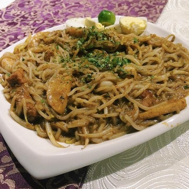 Laksa Goreng - stir-fried laksa served with prawn, fish cake, bean sprout and tau pok.