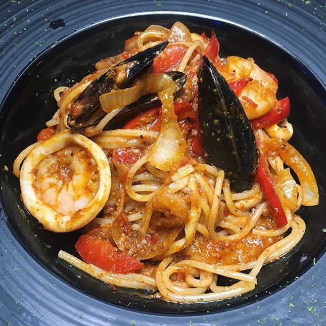 Just thinking about this generously oily Smokin' Sambal Seafood Pasta that I had forty-one P. Diddy music videos ago at Eaglewings Loft, a newly-open nautical-themed, neighbourhood-style all-day dining concept at King Albert Park Residences Mall.
