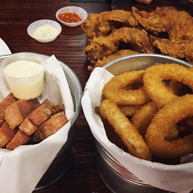 yummy yummy feed our tummy tummy 😘😋❤️👍🏼💁🏻😋 #twowingssg #essenpinnacle #spamfries #onionrings #chickenwings #veryengandfriends #foodpornsg #foodporn #foodpornasia #eatoutsg