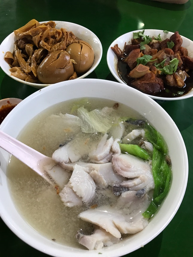 Fish Soup stall that also sells pig trotters, braised egg & tau kee/tau pok!!